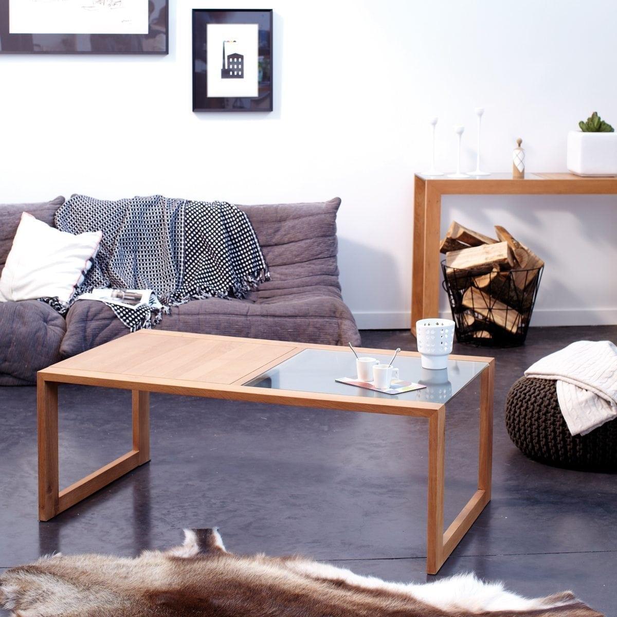 Une table basse rectangulaire en chêne
