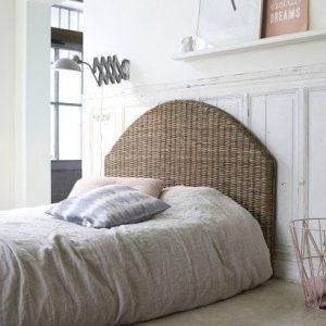 Une tête de lit en rottin pour une chambre chaleureuse