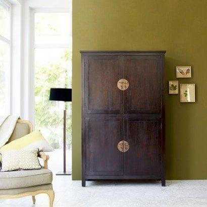 Une élégante armoire en bois massif pour le séjour