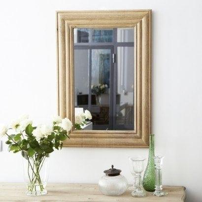 Un élégant miroir en chêne pour un style sobre et chic dans ma salle de bain