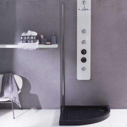 Un receveur de douche en marbre pour une salle de bain chic