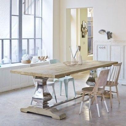 Une table en pin baroque pour un salon classique et chic